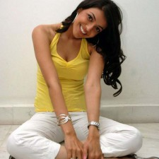 actress kajal agarwal cleavage pics