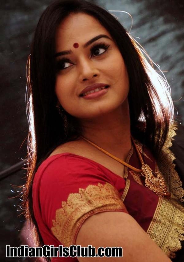 actress anupama kumar saree pics
