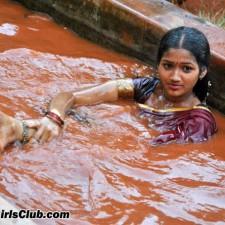 Kandupuduchittaen actress bathing