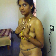 tamil aunty covering breasts