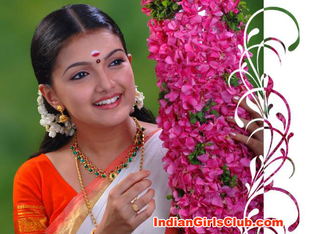 actress-saranya-mohan-half-saree