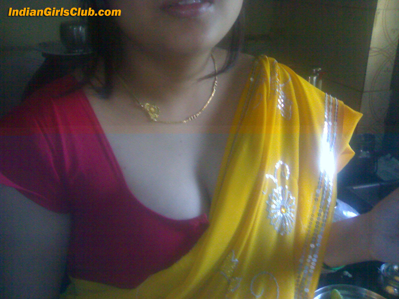 attractive indian aunty cleavage pics