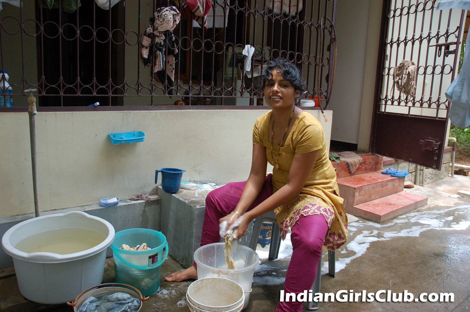 desi house maid washing cloths
