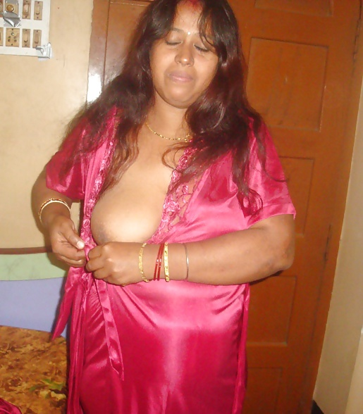 nighty Aunty hot in