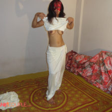 Hot Indian Bhabhi Reenu Getting Nude