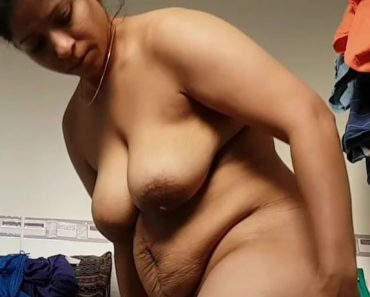Mature Desi Bhabi After Shower Changing In Bathroom